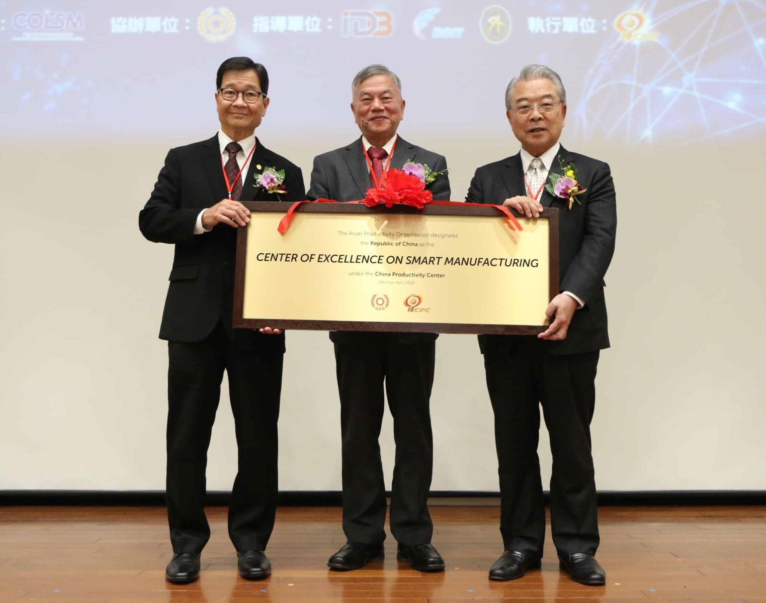Dr. Santhi Kanoktanaporn, APO Secretary-General (left) presenting the plaque of COE on Smart Manufacturing to CPC Chairperson Sheng-Hsiung Hsu (right), witnessed by Mr. Shen Jong-Chin, Minister of Economic Affairs (center)